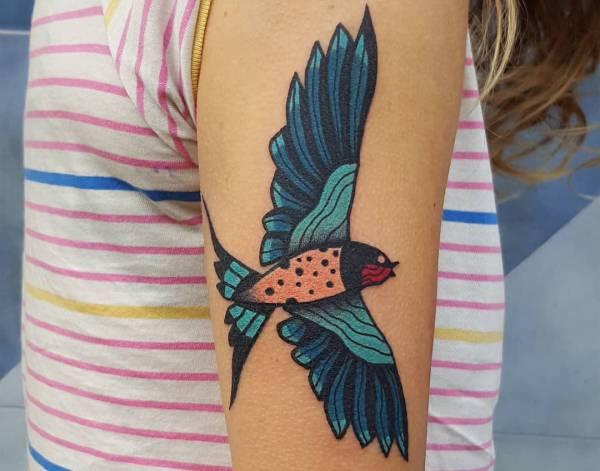 Znaczenie tatuaży Zwierzęta  Tatuaż jaskółką – znaczenie, historia, 26 zdjęć