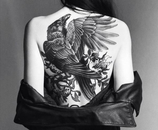 Znaczenie tatuaży Zwierzęta  Tatuaż kruk – znaczenie, historia, 30 zdjęć