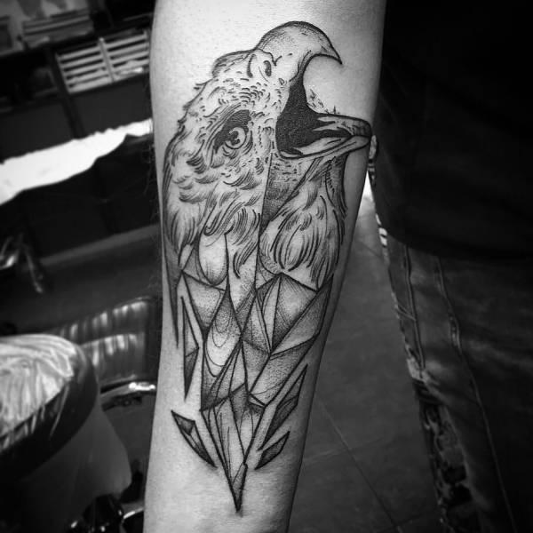 Znaczenie tatuaży Zwierzęta  Tatuaż jastrząb – znaczenie, historia, 25 zdjęć