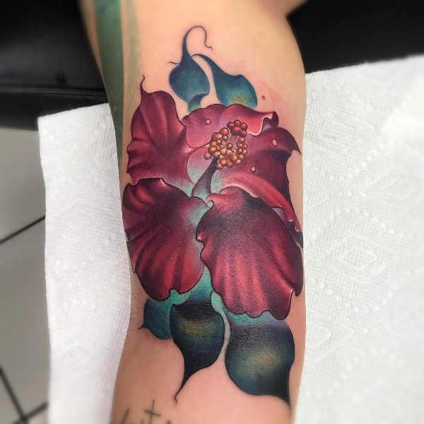 Tatuaże kwiaty Znaczenie tatuaży  Tatuaż kwiat hibiskusa – znaczenie, historia, 80 zdjęć