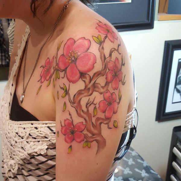 Tatuaże kwiaty Znaczenie tatuaży  Tatuaż kwiat wiśni – znaczenie, historia, 30 zdjęć
