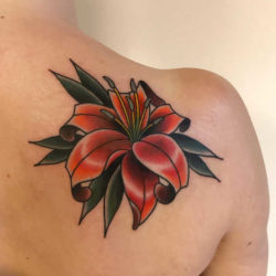 Tatuaż lilia – znaczenie, historia, 55 zdjęć