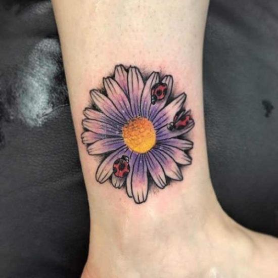Tatuaż stokrotki  – znaczenie, historia, 80 zdjęć Tatuaże kwiaty Znaczenie tatuaży