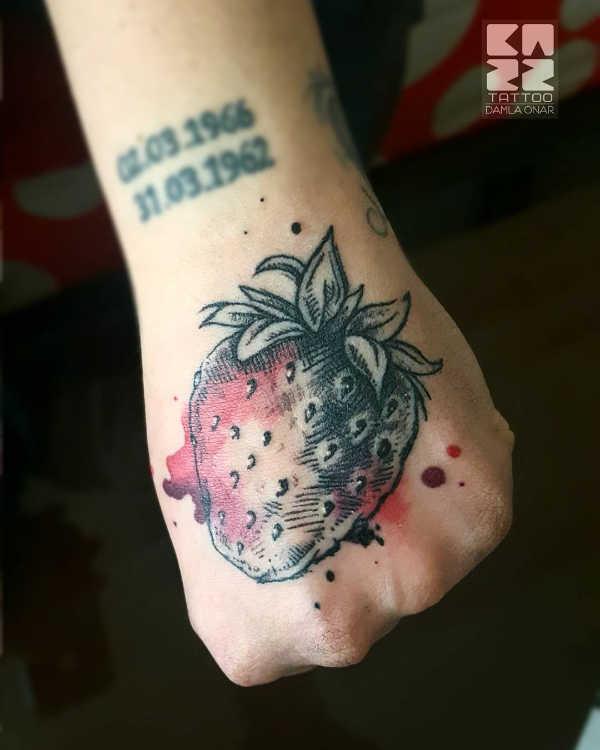 Znaczenie tatuaży  Tatuaż truskawka – znaczenie, historia, 20 zdjęć