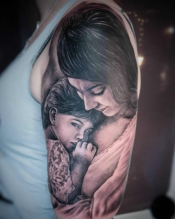 Znalezione obrazy dla zapytania: tatuaż Klimtowski wizerunek matki tulącej dziecko